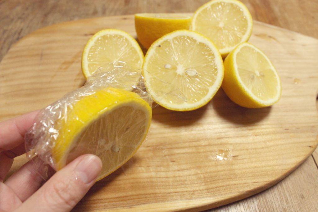 半分にカットしたレモン