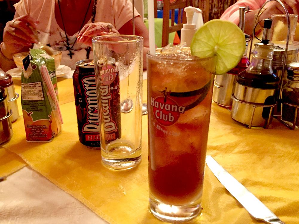 コーラとラム酒のカクテル。別名「ラム・コーク」